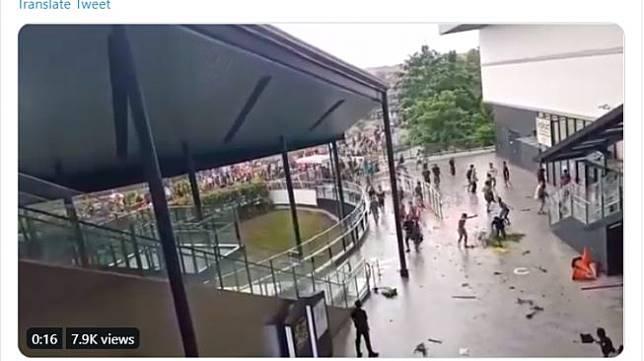 Kerusuhan terjadi karena warga menganggap banjir yang menggenangi rumah mereka diakibatkan oleh waduk di kawasan Jakarta Garden City yang meluap