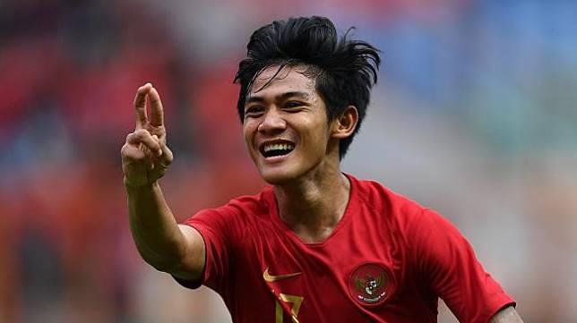 Pemain Timnas Indonesia U-19 Firza Andika melakukan selebrasi usai mencetak gol ke gawang Timnas Yordania U-19 dalam pertandingan persahabatan di Stadion Wibawa Mukti, Cikarang Timur, Jawa Barat, Sabtu (13/10). Timnas Indonesia U-19 menang 3-2. ANTARA FOTO/Sigid Kurniawan