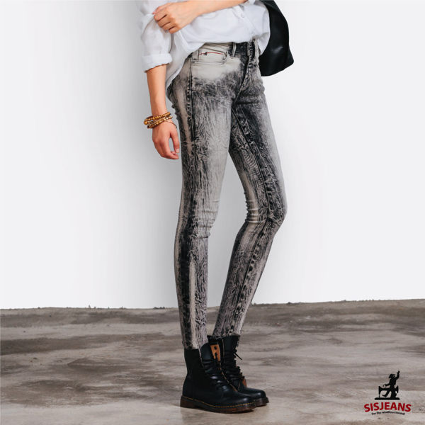 每件牛仔褲都是手工製作,每件都是獨一無二!此款不僅布料彈力非常好,風格獨樹一織適合追求獨特的妳