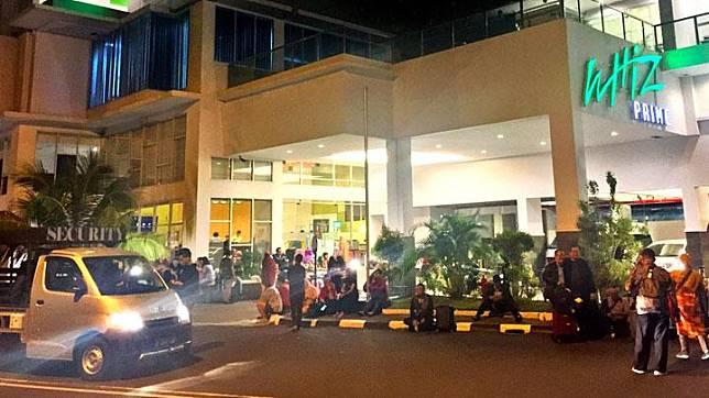 Tamu hotel berkumpul diluar hotel usai gempa bumi di kawasan Megamas, Manado, Jumat, 15 November 2019. Hingga pukul 06.59 WIB telah terjadi 74 aktivitas gempa susulan di Laut Maluku Utara (Malut) setelah gempa magnitudo 7,1 mengguncang Jailolo, Maluku Utara pada Kamis, 14 November 2019, pukul 23.17 WIB. ANTARA