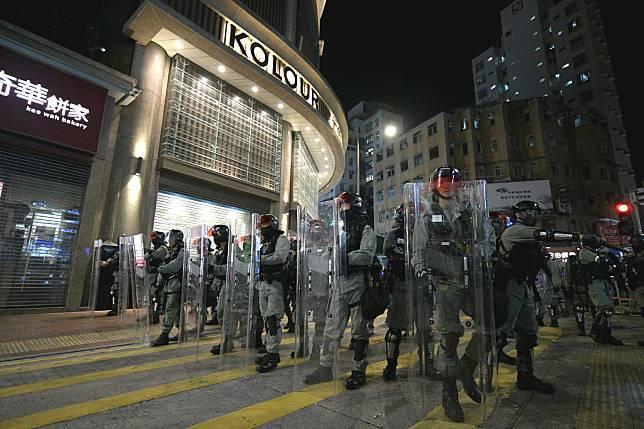 防暴警察驅散示威者