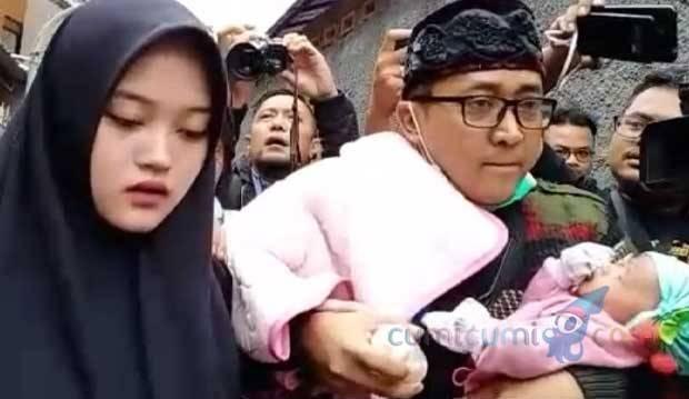 Sambil Gendong Bayi, Teddy yang Didampingi Putri Sule Bungkam Usai Jenazah Lina Diautopsi
