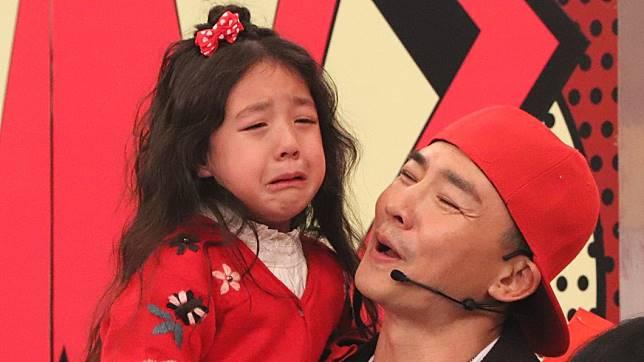 擔心爸爸劉畊宏闖關失敗,小泡芙淚灑攝影棚。(圖/中天綜合台提供)