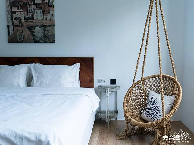 迷路小章魚 小旅館有不同的設計,筆者入住的房間,吊椅予人放鬆的慵懶感覺。