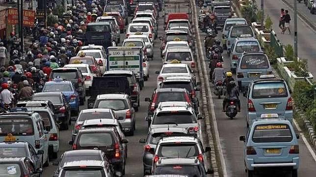Ilustrasi kondisi lalu lintas di jalan raya Ibu Kota Jakarta [Suara.com/Kurniawan Mas'ud]