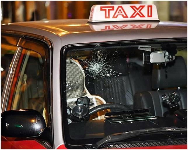 的士車頭玻璃受損。
