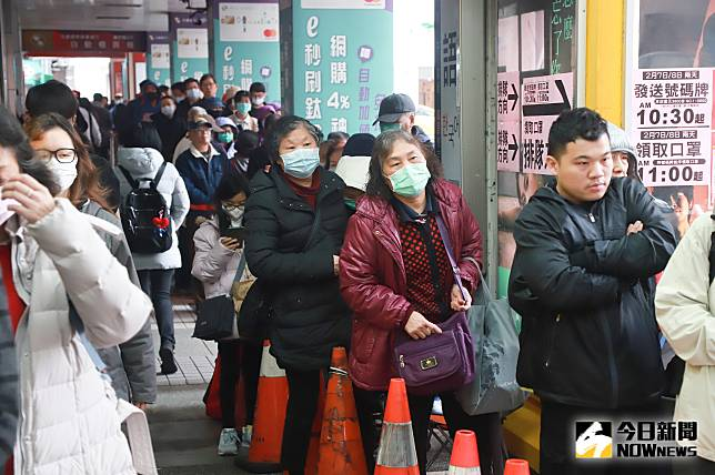 ▲大量的民眾擠破頭的排隊購買口罩。(圖/記者葉政勳攝 , 2020.02.07)