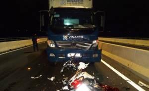 Chạy xe ngược chiều đối đầu xe tải trên cầu, 2 nữ sinh tử vong