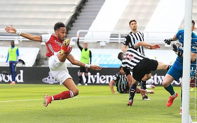 Striker Arsenal Pierre-Emerick Aubameyang menjebol gawang Newcastle United./PremierLeague.com
