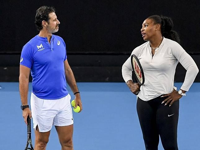 莎蓮娜威廉絲教練莫拉托魯(左)呼籲關注網球員生計。(法新社)