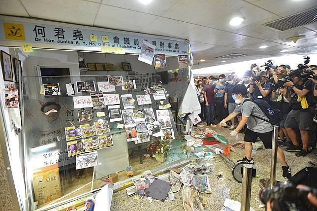 何君堯辦事處曾遭示威者破壞。資料圖片