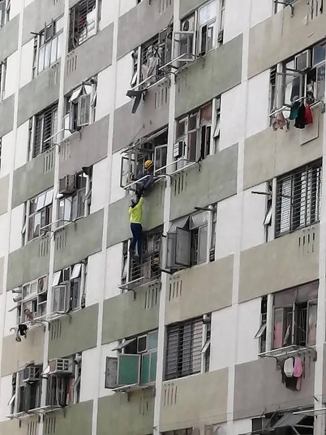 少女一度情緒激動在半空「吊吊揈」。圖:香港突發事故報料區 網民Kevin Mak