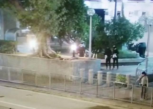 3名黑衣人事前在警署對開徘徊。