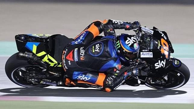 Pebalap tim SKY VR46 Esponsorama Racing Luca Marini menjalani sesi kualifikasi pertama Grand Prix Doha, Sirkuit Internasional Losail, Qatar. (3/4/2021) (Karim Jaafar/AFP)
