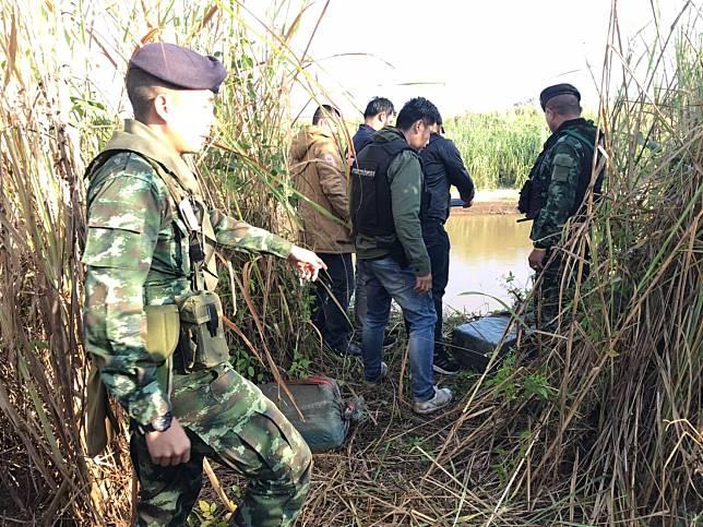 กลางดึกเจ้าหน้าที่ออกลาดตระเวนพบเป้ 7ใบ ซุกป่าหญ้าริมน้ำรวกตรวจพบเป็นยาบ้า