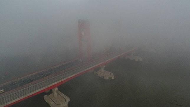Foto udara menunjukkan Jembatan Ampera tertutup kabut asap di Palembang, Sumatera Selatan, Jumat, 5 Oktober 2018. ANTARA