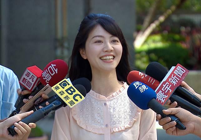 民進黨市議員高嘉瑜接受媒體訪問。