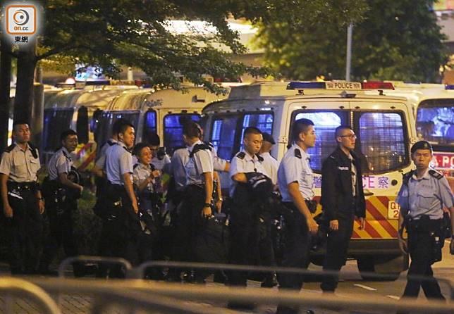 大批警員晚上在立法會及特首辦一帶戒備。(李志湧攝)