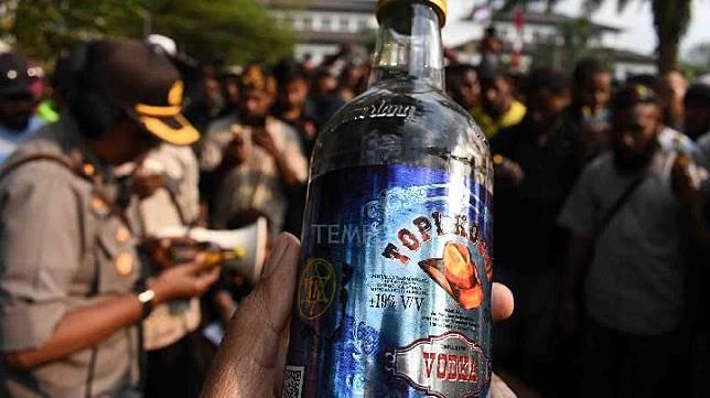 Minuman beralkohol yang diberikan oleh polisi untuk mahasiswa saat aksi unjuk rasa Ikatan Mahasiswa Tanah Papua dan Solidaritas Peduli Kemanusiaan di Bandung, Jawa Barat, Kamis 22 Agustus 2019. Mahasiswa Papua menolak dan mengembalikan dua minuman beralkohol sumbangan dari polisi serta mengecam tindakan tersebut sebagai salah satu bentuk rasisme aparat negara pada mereka. TEMPO/Prima Mulia