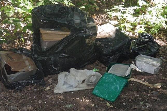 Sebanyak 10 hewan terbaring mati di lima kantong sampah dan kotak tertutup