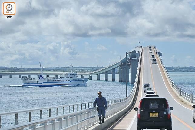 橋身成一高一低的波浪形設計,是為疏度大小不同的船隻而設。(李家俊攝)