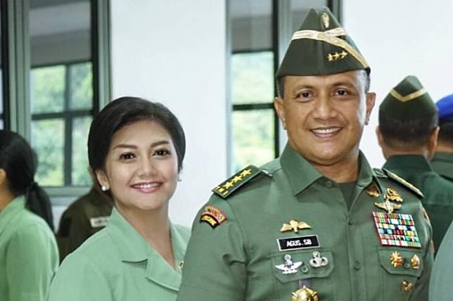 Suami Bella Saphira, Agus Surya Bakti, resmi pensiun sebagai TNI Angkatan Darat. Anak tiri Bella pun curhat soal masa pensiun sang Ayah.