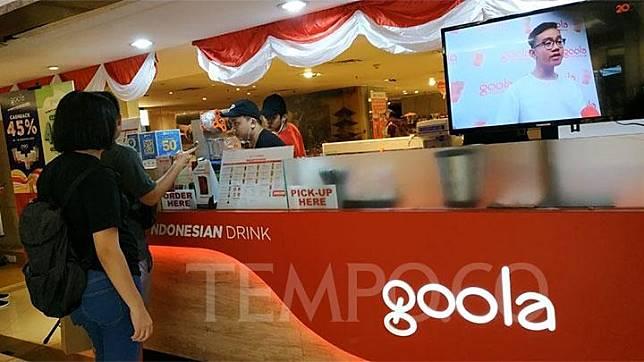 Beberapa pelanggan tampak sedang memilih varian menu minuman yang ditawarkan Goola di mal Plaza Indonesia, Sabtu 17 Agustus 2019. Goola, start up yang bergerak dalam sektor food and beverage ini dimiliki oleh Gibran Rakabuming Raka, putra Presiden Joko Widodo atau Jokowi. Tempo/Dias Prasongko