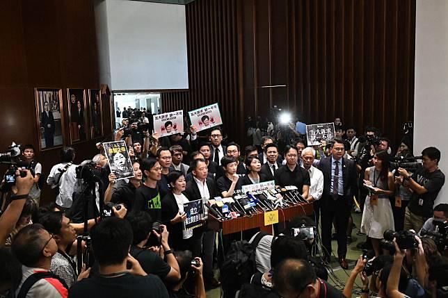 民主派批評林鄭月娥不配發表施政報告。