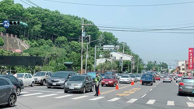 不僅沿線塞車,也造成路邊停車亂象,市府呼籲民眾擇日再前往化石園區參觀