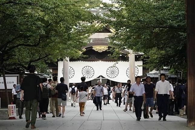 Orang-orang mengunjungi Kuil Yasukuni, yang didedikasikan untuk mengenang kematian perang Jepang, di Tokyo pada 15 Agustus 2019