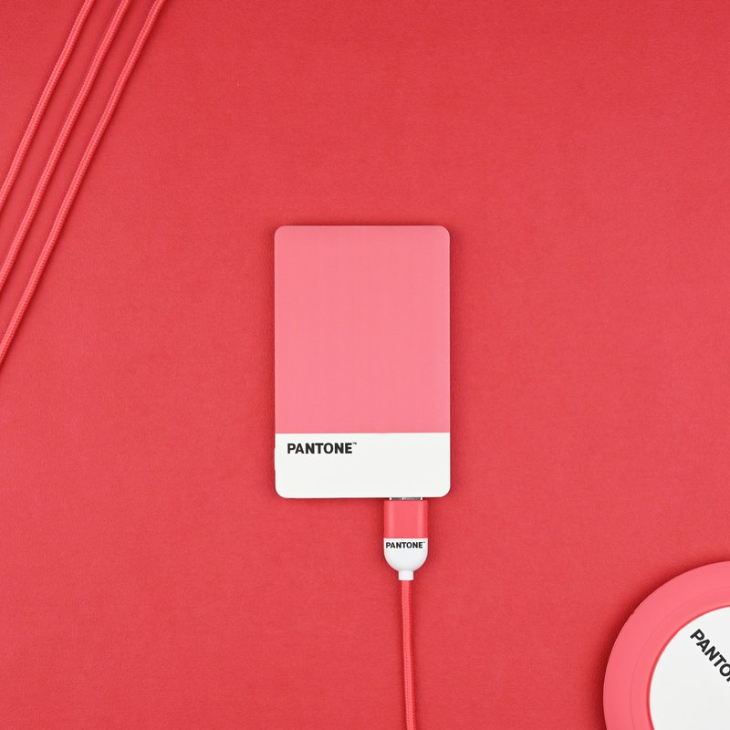 超輕薄行動電源與Micro USB傳輸充電線福袋組合,Pantone授權繽紛色系,顏色可任搭。
