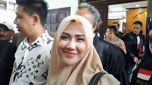 Rey Utami dan Pablo Benua usai menjalani sidang di PN Jakarta Selatan, Senin (20/1/2020). [Ismail/Suara.com]