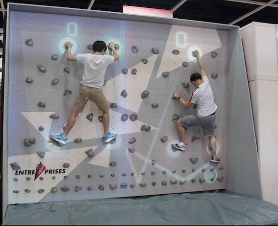 「戶外體驗」展區內設置一道3.5米高的攀岩牆,更將遊戲影像投射於牆上,以增加運動趣味。