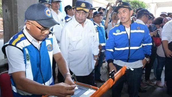 Menteri Perhubungan Budi Karya Sumadi (Tengah) saat meninjau ujicoba jembatan timbang Weigh-In-Motion (WIM) di Jalan Tol Jakarta-Cikampek KM 9 pada Minggu (22/9).
