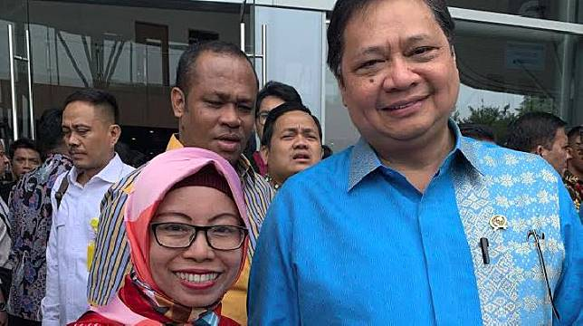 Menteri Perindustrian Republik Indonesia  Airlangga Hartarto didampingi pemilik toko SRC Trijaya Tri Mulyani disela-sela Trade Expo Indonesia ke-34 di ICE BSD City, Tangerang, Banten, Rabu (16/10/2019).