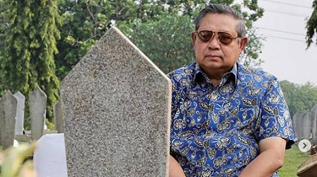 SBY meratapi makam sang istri, Ani Yudhoyono (Instagram)