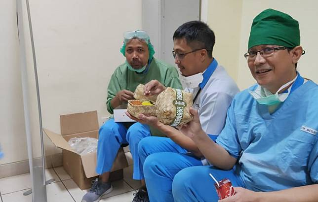 Pertamina Foundation has distributed lunch boxes for healthcare workers at the Pertamina General Hospital, a referral hospital for COVID-19 cases, in Jakarta since March.