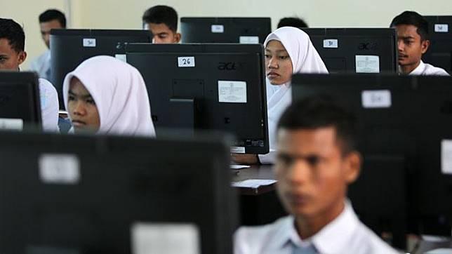 Pelajar mengikuti Ujian Nasional Berbasis Komputer (UNBK) tahun 2019 di SMA Negeri 16 Banda Aceh, Aceh, Senin, 1 April 2019. UNKB tingkat SMA dan Madrasah Aliyah (MA) di Provinsi Aceh diikuti 57.957 pelajar yang tersebar di 23 kabupaten/kota. ANTARA