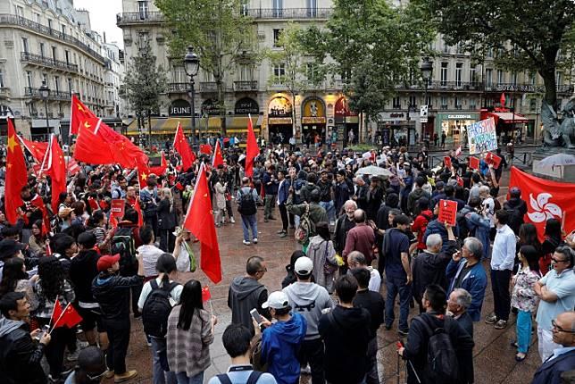 在巴黎聖米歇爾廣場,亦有支持香港示威者的人士(右)與親中人士(左)對峙。(法新社圖片)