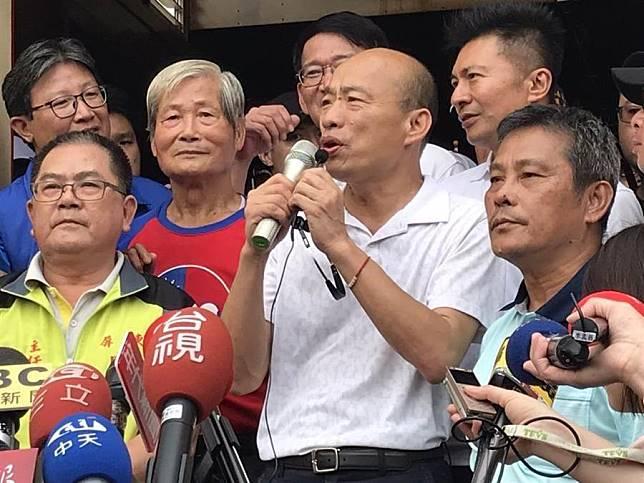 國民黨總統參選人韓國瑜(中)17日下午2點到屏東內埔天后宮昌黎祠參拜。(林宏聰攝)