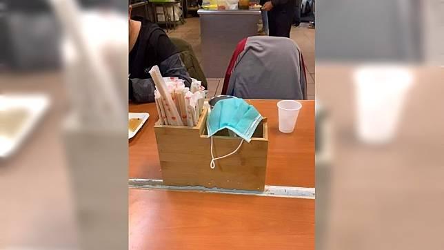餐廳有人把用過口罩放在乾淨湯匙上 (圖/翻攝自爆怨公社)