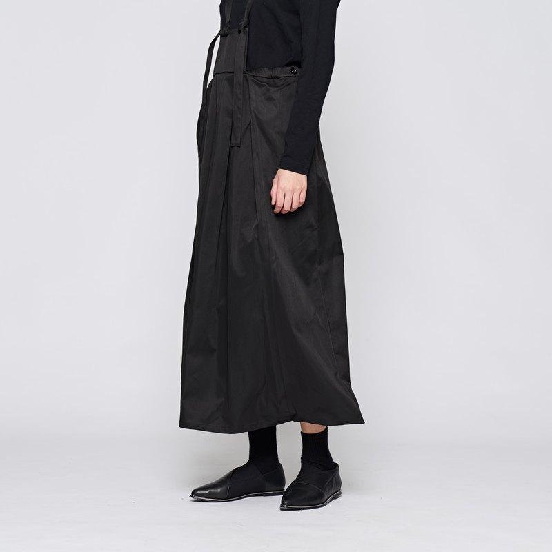 此款有2種顏色(藍、黑),兩色為不同布料材質。 黑色布料偏屬風衣布材質。