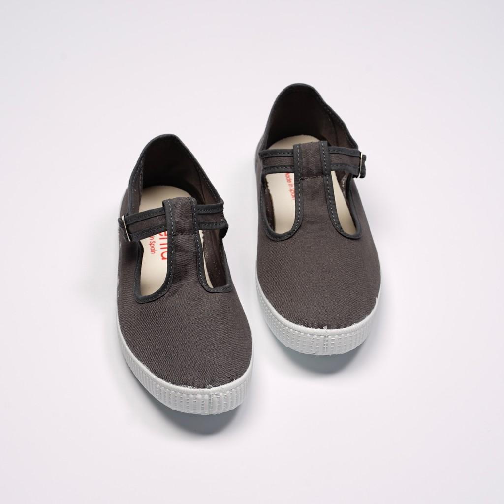 清洗鞋子前先將鞋內墊及鞋帶取下,以清水及軟毛刷溫和清洗2. 請勿使用漂白水、清潔劑以免造成布面及橡膠損壞3. 洗淨後以毛巾或紙巾將水分吸乾,將鞋子置於陰涼通風處乾燥4. 白色布面鞋款易因清洗而變黃,若
