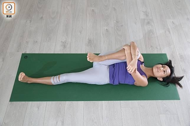 慢慢將右腳攬向到胸口中間位置,部分朋友可能扣實雙手在膝頭上已感覺到大腿有痠軟的感覺。(張錦昌攝)