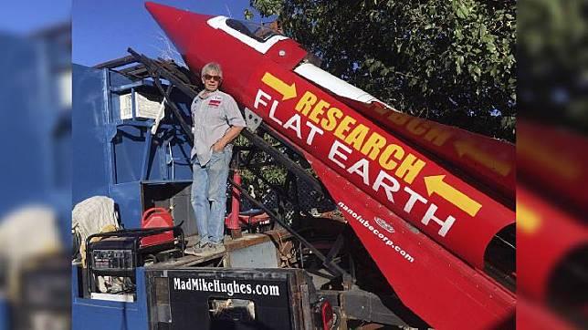 Mike Hughes menerbangkan roket buatannya untuk membuktikan teori bumi datar benar. (AP Photo)