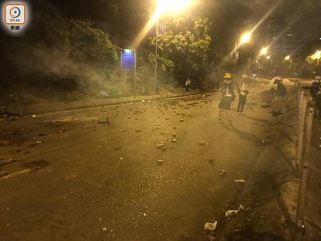 凌晨5時許,防暴警向記者群投擲催淚彈。