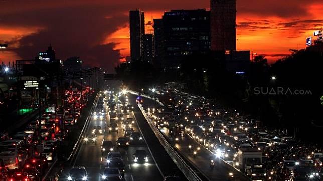Kendaraan bermotor terjebak kemacetan di Jalan MT Haryono, Jakarta, Selasa (2/4). [Suara.com/Arief Hermawan P]