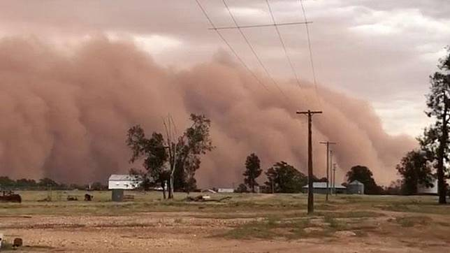 A dust storm is seen in New South Wales, Australia December 31, 2018. Australia's Bureau of Meteorology (BOM) had issued a severe weather warning for the area. Local media reported that a New Year's Eve fireworks was cancelled due to poor weather. BRONWYN ALDER/via REUTERS