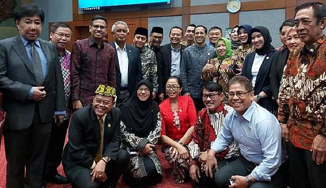 Menteri Pendidikan dan Kebudayaan Nadiem Makarim berforo bersama Anggota DPR Komisi X setelah Rapat Kerja di Kompleks Parlemen, Jakarta, Rabu, 6 November 2019. TEMPO/Khory