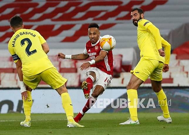 Pemain Arsenal Pierre-Emerick Aubameyang (tengah) menendang bola pada pertandingan leg kedua semifinal Liga Europa antara Arsenal dan Villarreal di Stadion Emirates di London, Inggris, Jumat (7/5) dini hari WIB.